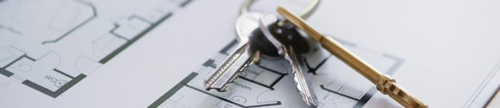 Ein Schlüsselbund auf einer Bauzeichnung.